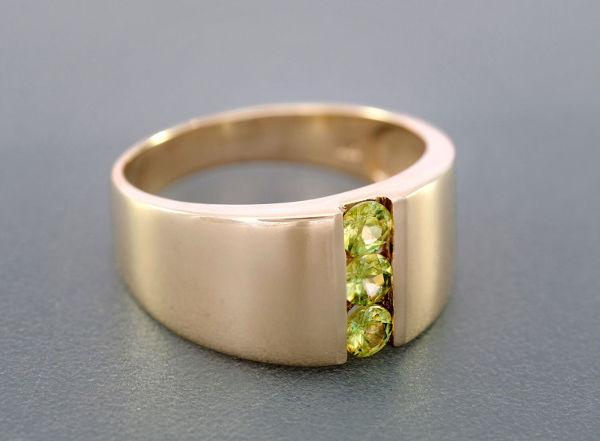 anello da uomo in oro con peridoti