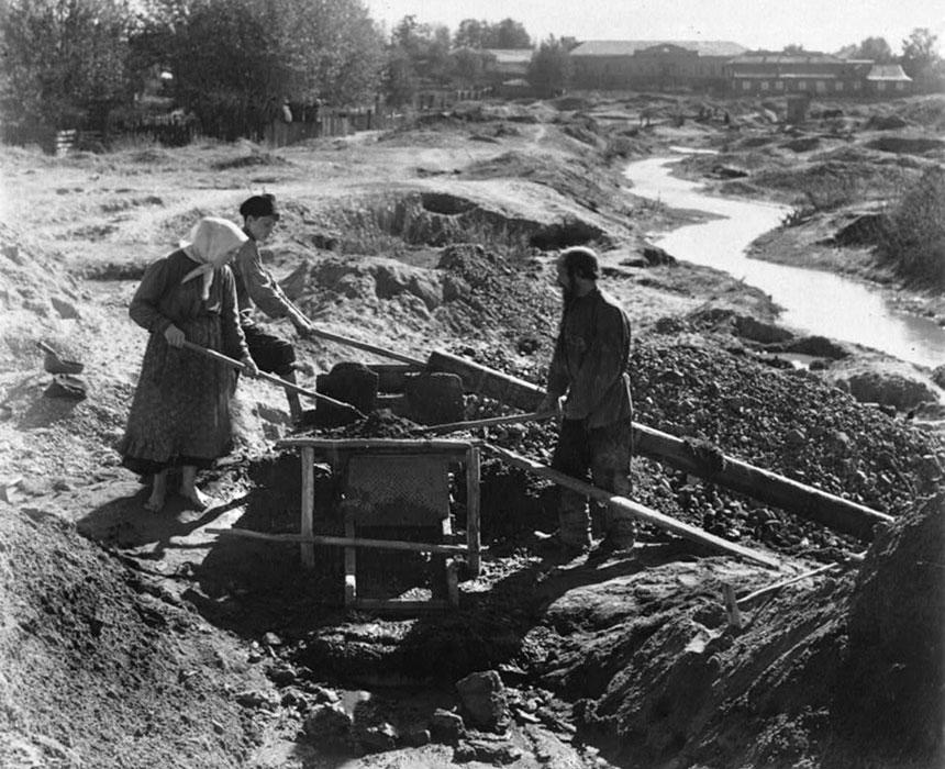 Cercatori d'oro in un giacimento russo ai primi del '900