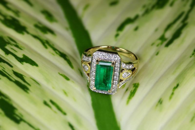 gioiello con smeraldo in oro anello