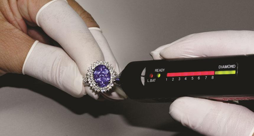 Un perito gioielliere dovrebbe disporre di un' attrezzatura gemmologica, come per esempio un test elettronico per Diamanti.